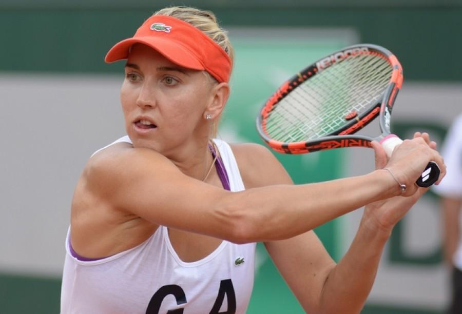 Vesninová nejen, že ničí favoritky turnaje, ale ještě i zvládá ohromit publikum tenisovou parádičkou