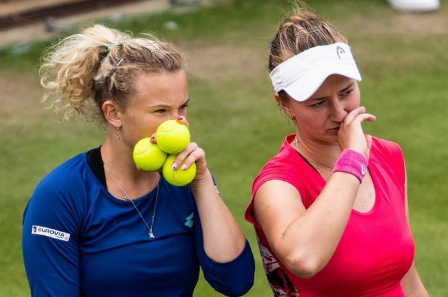 Siniaková s Krejčíkovou si zahrají ve Wimbledonu semifinále